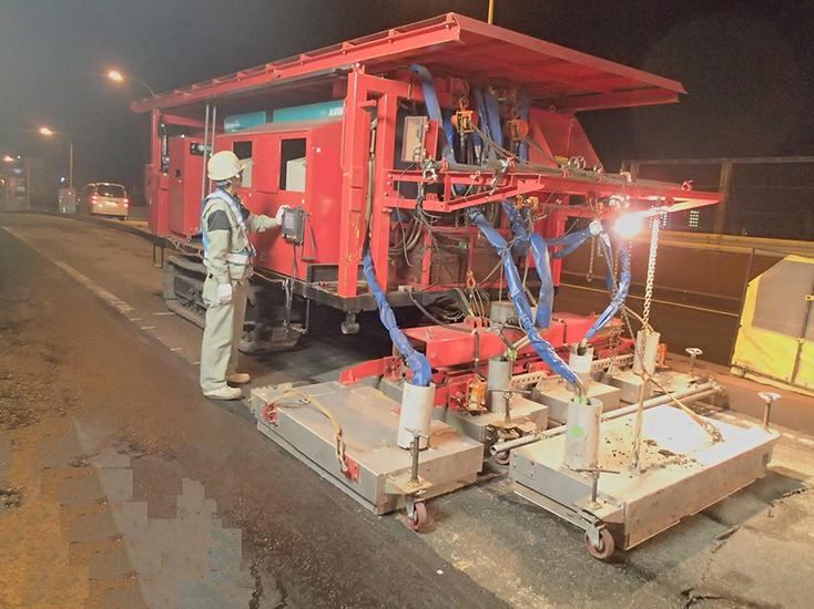 自社保有機械による道路舗装作業
